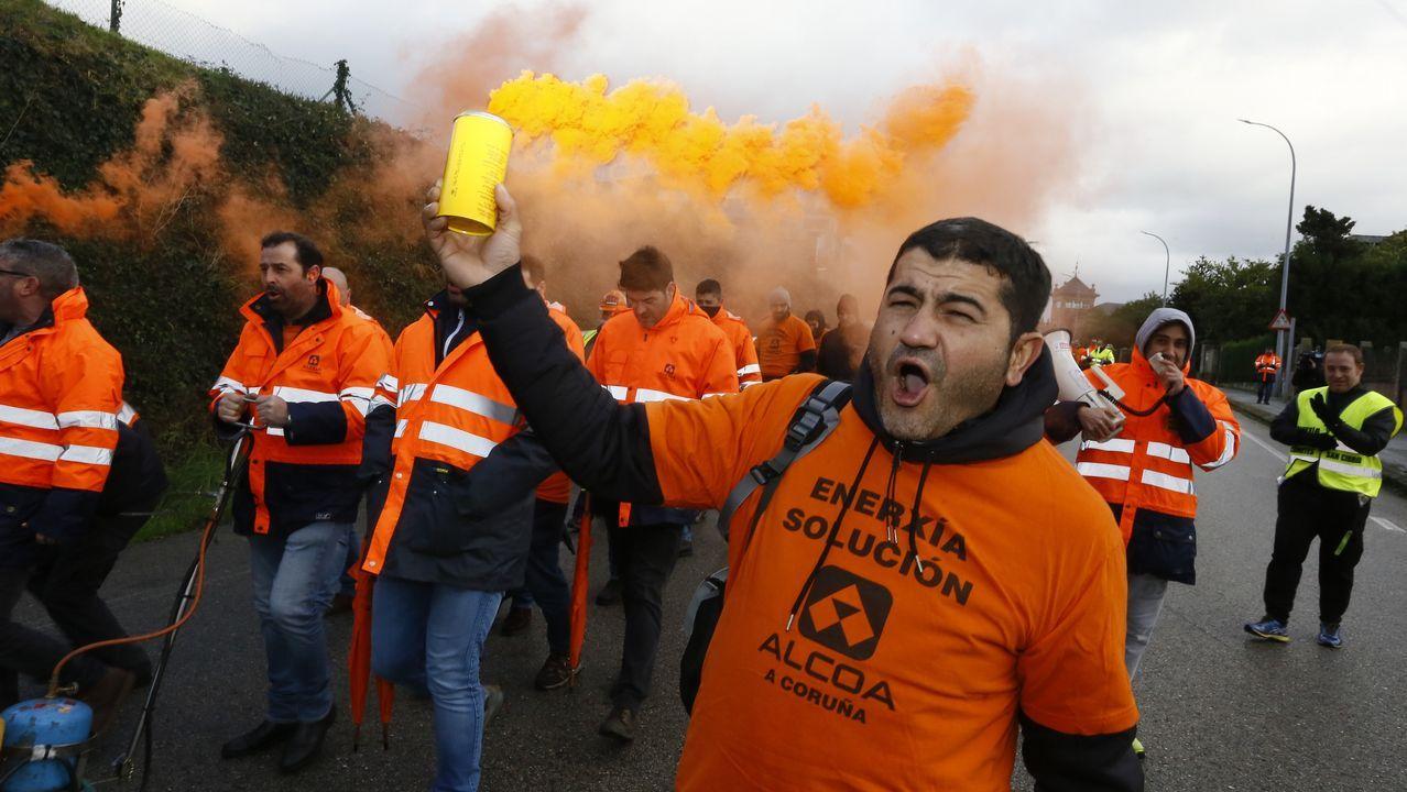 Todas las imágenes de las celebraciones de la Lotería de Navidad en Galicia.Trabajadores de A Coruña se desplazaron a Madrid para protestar a las puertas del hotel donde se negocia