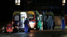 Ambulancias, en las puertas del hospital de Santa María, en Lisboa