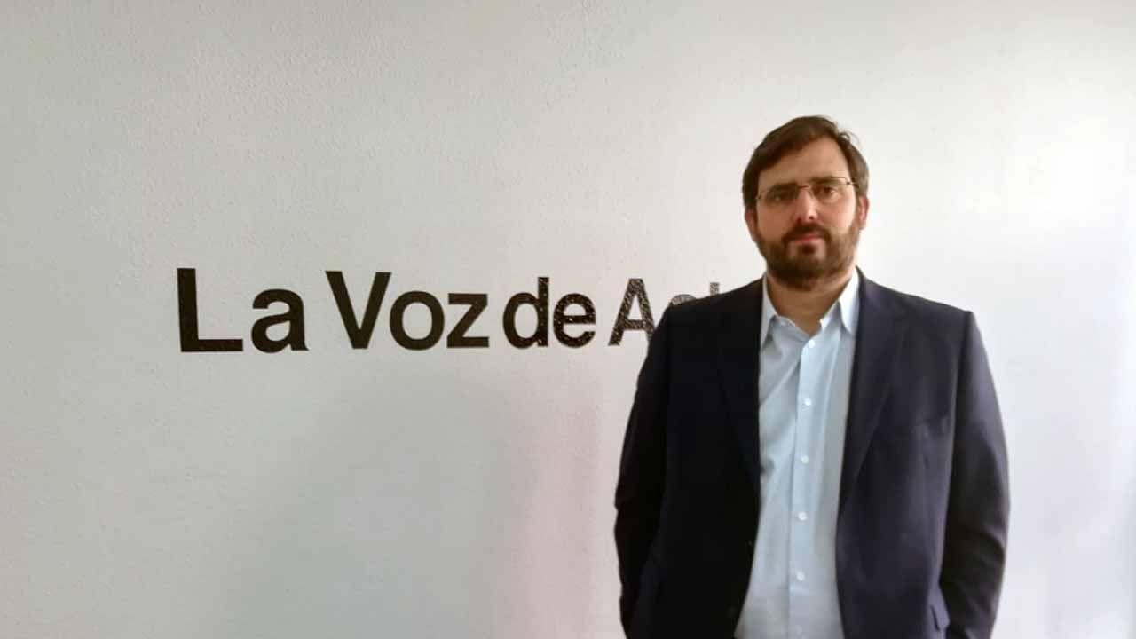 El concejal Miguel Caride usando un VTC.El director general de mytaxi España, Pablo Sanchez