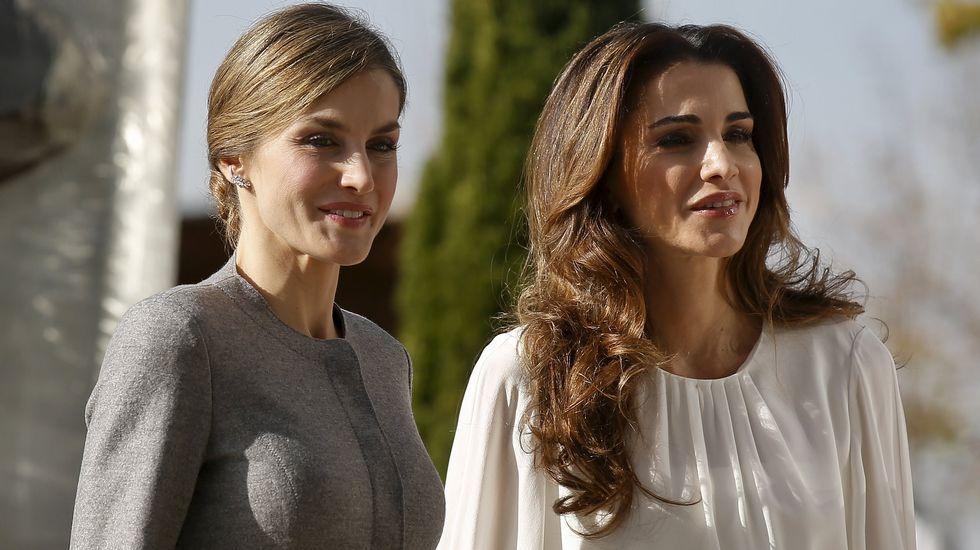 Para la visista en la mañana de hoy al Centro de Biologñía Molecular, la reina Letizia eligió un dos piezas gris y Rania una camisa blanca con una falda con tonos grises, blanco y negro.