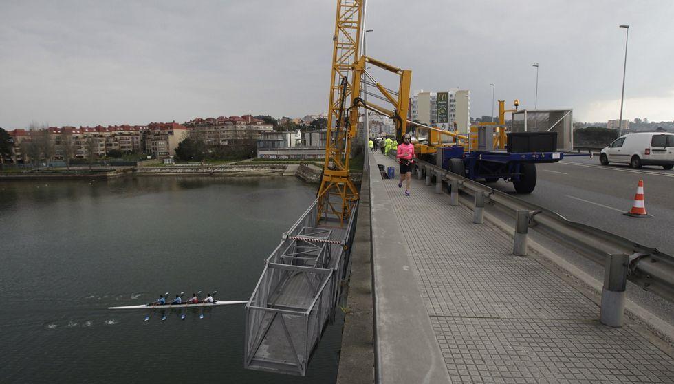 Una grúas-ascensor permite a los técnicos extraer datos para conocer el estado actual del puente del Pasaje .