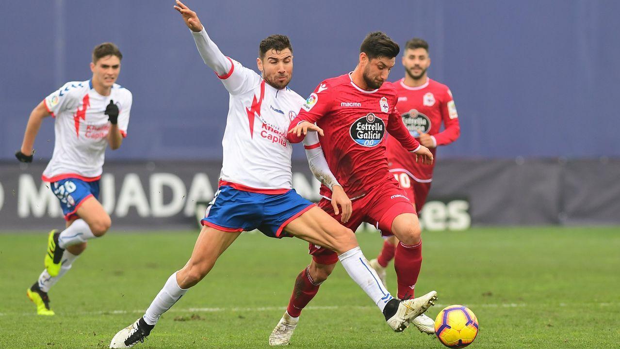 Borja Valle pugna con un rival en el partido de la primera vuelta disputado en el Cerro del Espino
