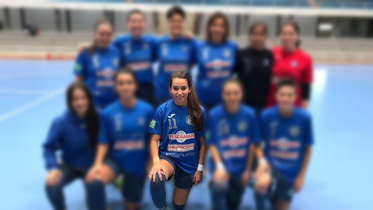 «Ayer estaban preparando la orla y hoy ya no están».Sofía Pérez, en medio de la fila inferior con el dorsal 11, en una imagen con el Cidade de Pontevedra de fútbol sala