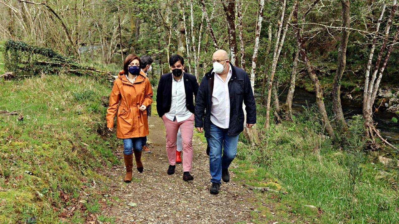 De izquierda a derecha, la conselleira de Medio Ambiente, el primer teniente de alcalde y el alcalde de Mañón, en una visita reciente al río Sor
