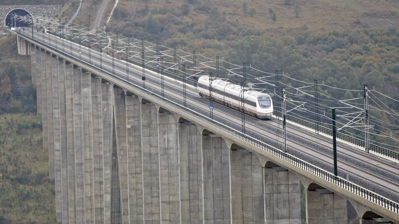 Un tren circulando por el viaducto do Eixo, en el eje de alta velocidad Santiago-Ourense