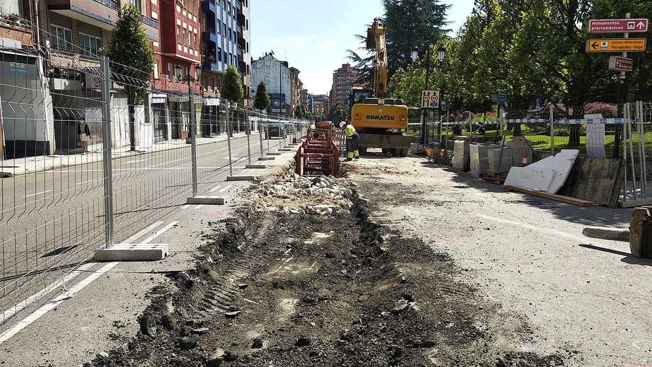Obras de ampliación del colector bajo la calle Fuertes Acevedo, en la zona oeste de Oviedo