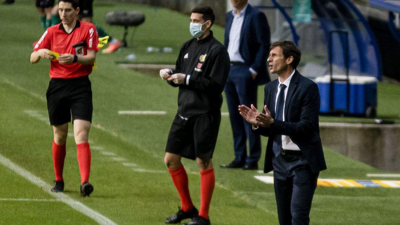 Ziganda Real Oviedo Racing Carlos Tartiere.Ziganda anima a sus futbolists durante el choque ante el Racing