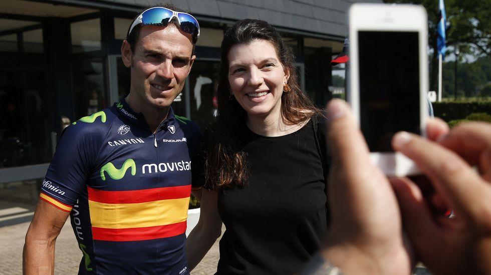 Alejandro Valverde (Movistar TEam) se fotografía con una aficionada.