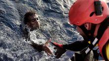 Un activista de Proactiva Open Arms auxilia a un migrante en aguas del Mediterráneo
