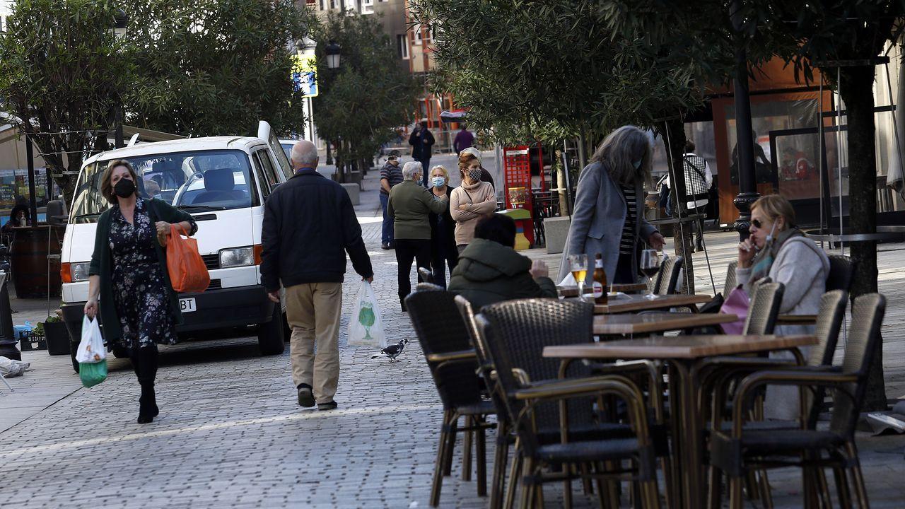 Imagen tomada ayer en la calle peatonal de Boiro, municipio que acaba de entrar en el nivel de alerta máxima por covid