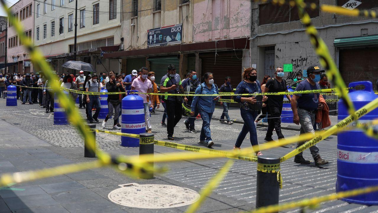 Personas caminando hacia la zona comercial durante la reapertura económica en Ciudad de México