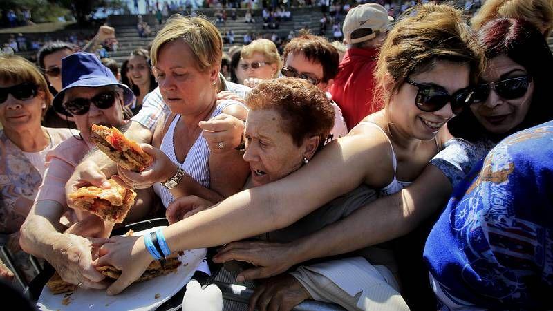 Miguel Bosé: «No sé qué pasa siempre en Galicia pero es punto y aparte».Público abarrotando el paseo marítimo al término de la sesión de fuegos de artificio de la Batalla Naval.