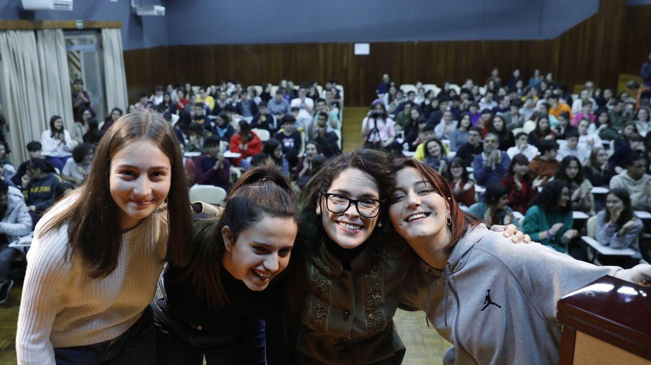 Cristina Pato interpreta «Negro caravel» junto a María Núñez, Xiana González y Patricia Sampedro, alumnas del IES As Lagoas