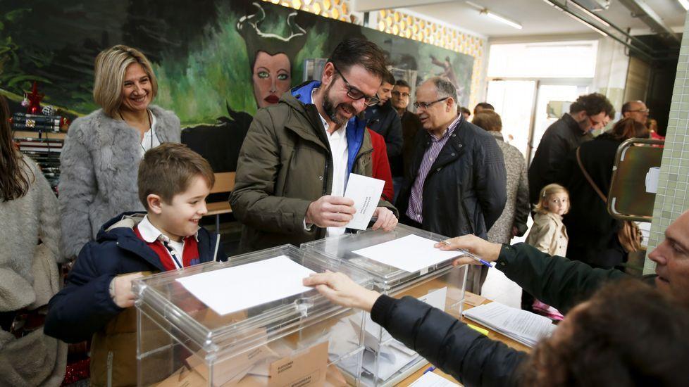 El número uno al Senado del PSOE de A Coruña, Ángel Mato, depositó su papeleta a las 11.30 horas en el IES de Canido