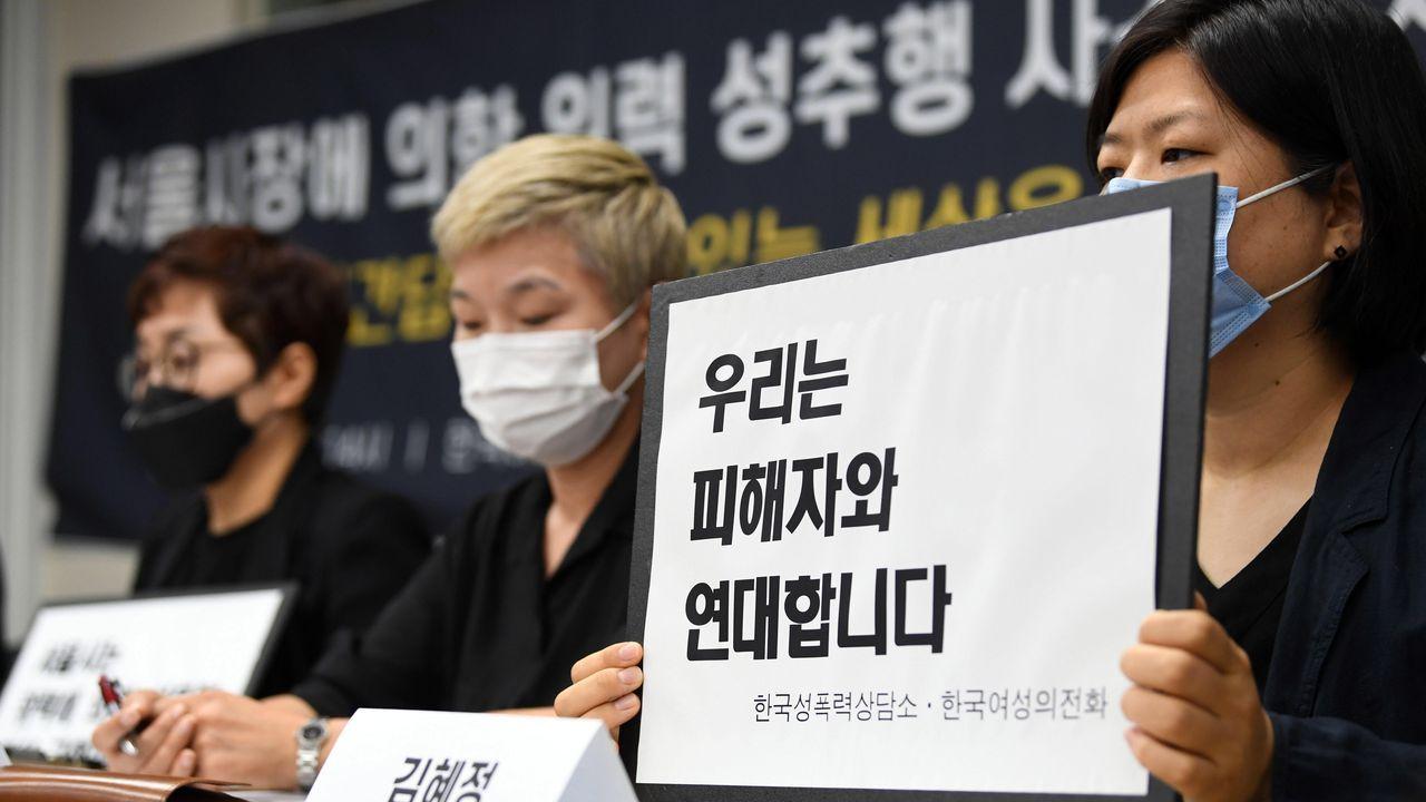 Las portavoces de asociaciones de mujeres exigieron este lunes a la policia surcoreana que continúe con la investigación de los presuntos abusos sexuales del difunto alcalde de Seúl