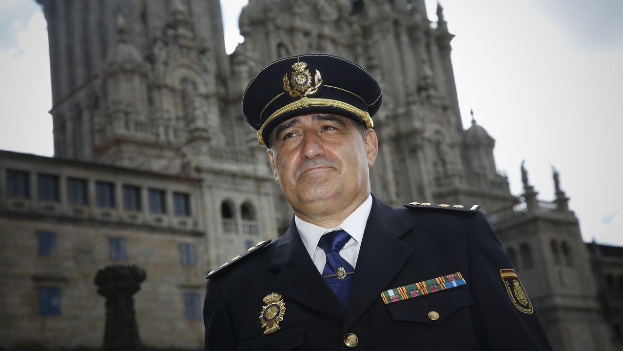 Así es la guarida de Fernández Cores en A Cañiza.Imagen de archivo de dos agentes de la Policía Nacional