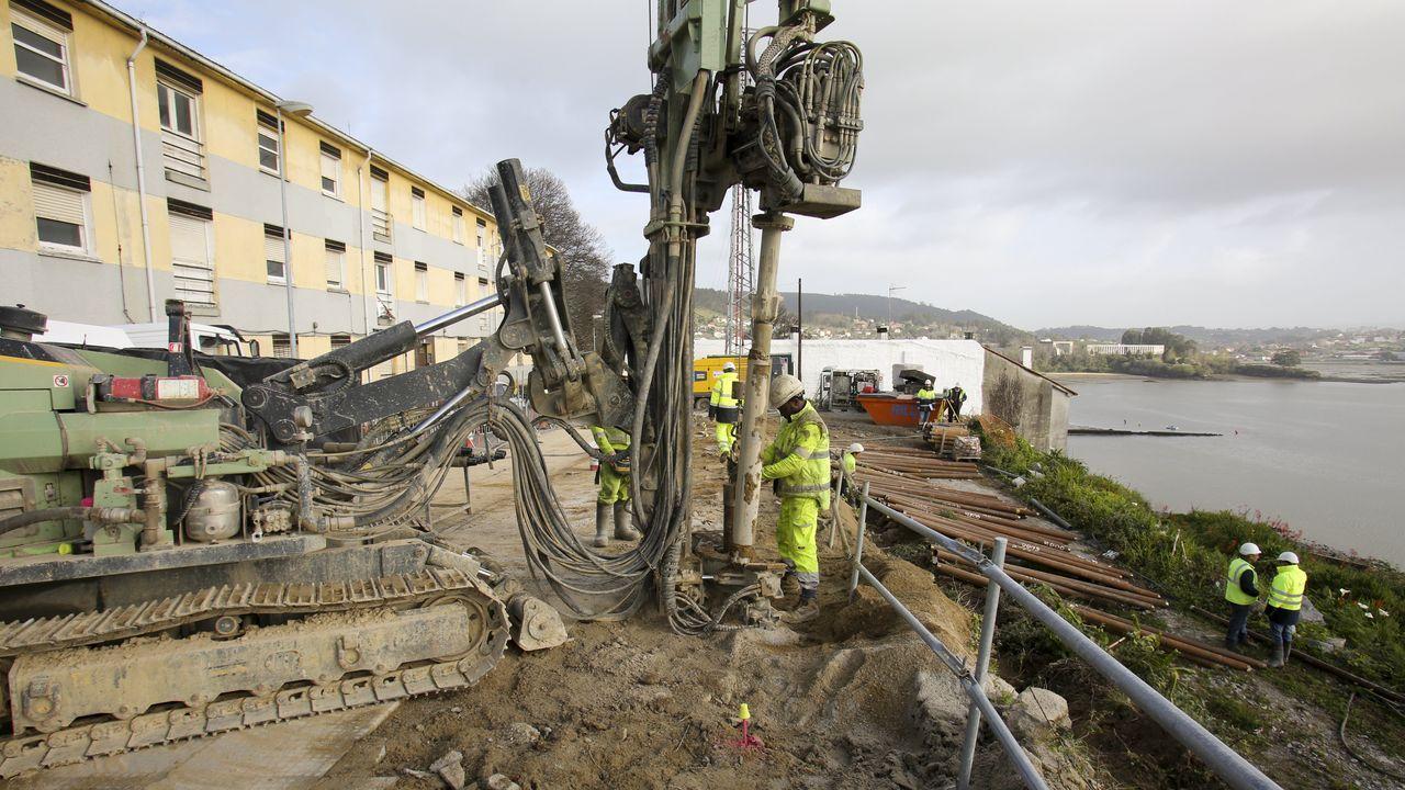 Operarios durante la excavación  vertical para instalar las piezas de acero y mortero