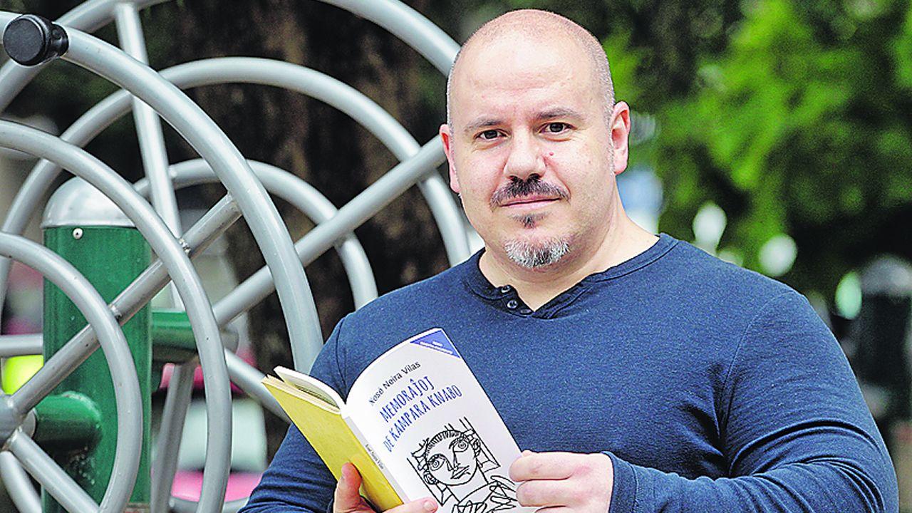 Suso Moinhos (Vigo, 1970) publicou no 2017 a primeira tradución ao esperanto do gran clásico de Xosé Neira Vilas «Memorias dun neno labrego» (1961)