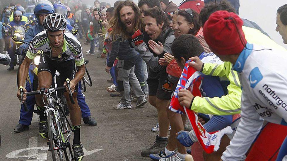 Fuglsang da la sorpesa.Subida al Angliru en la Vuelta  España 2011