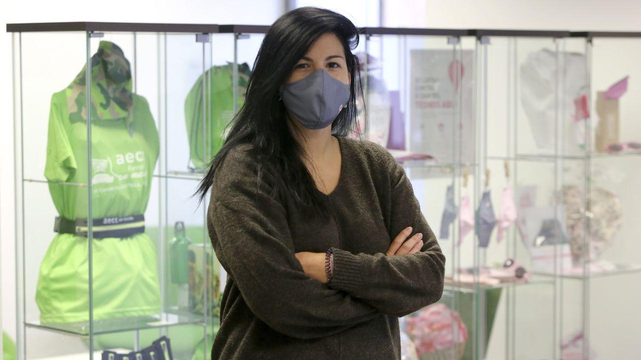 Rosalía Fernández, psicóloga de la AECC, delante de los productos solidarios que vende la entidad para recaudar fondos para la lucha contra el cáncer