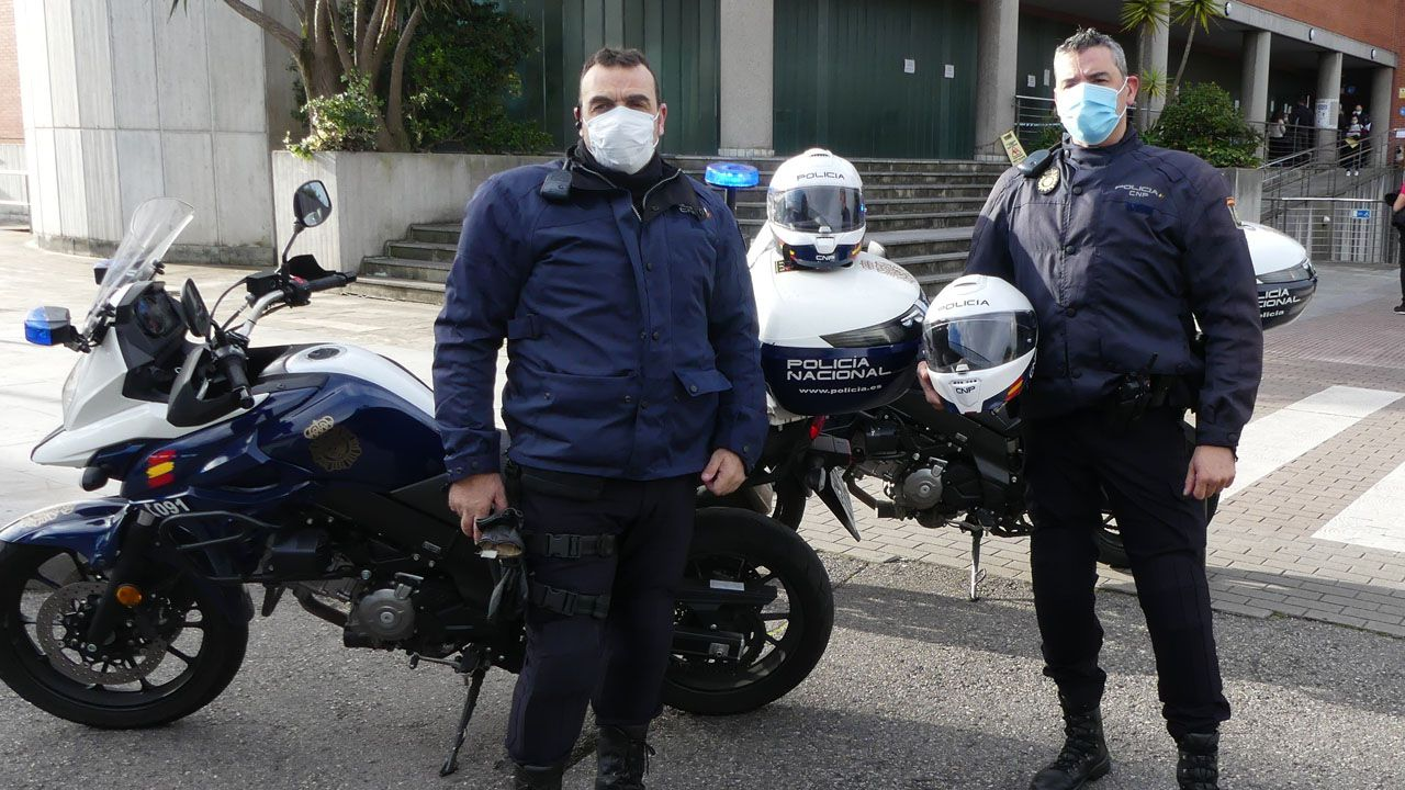 La protesta de los sanitarios en Cabueñes.Los policías que salvaron la vida del señor de 87 años