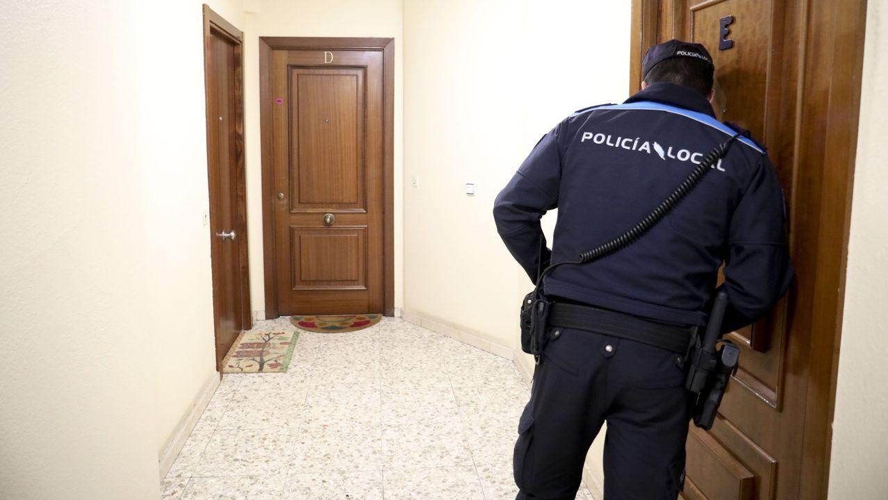 Un policía local de Santiago acude a una vivienda que ha sido denunciada por exceso de ruidos