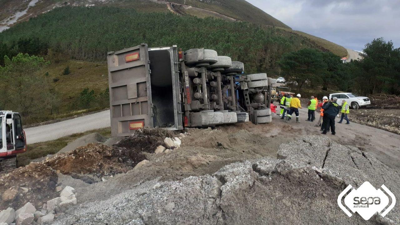 Camión volcado en Tineo