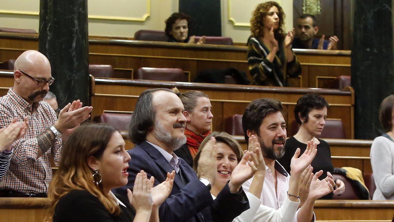 Rodríguez, Fernán Vello, Díaz y Gómez Reino aplauden desde tres filas más adelante que Fernández