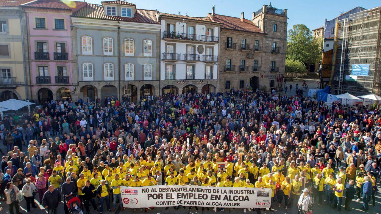 La alcaldesa de Avilés, Mariví Monteserín.Centenares de personas se han concentrado frente al Ayuntamiento de Avilés para protestar contra el cierre de Alcoa