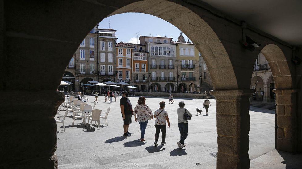 Una visita en imágenes al punto de encuentro de los ríos Cabe y Sil.Turistas en el casco viejo de Ourense