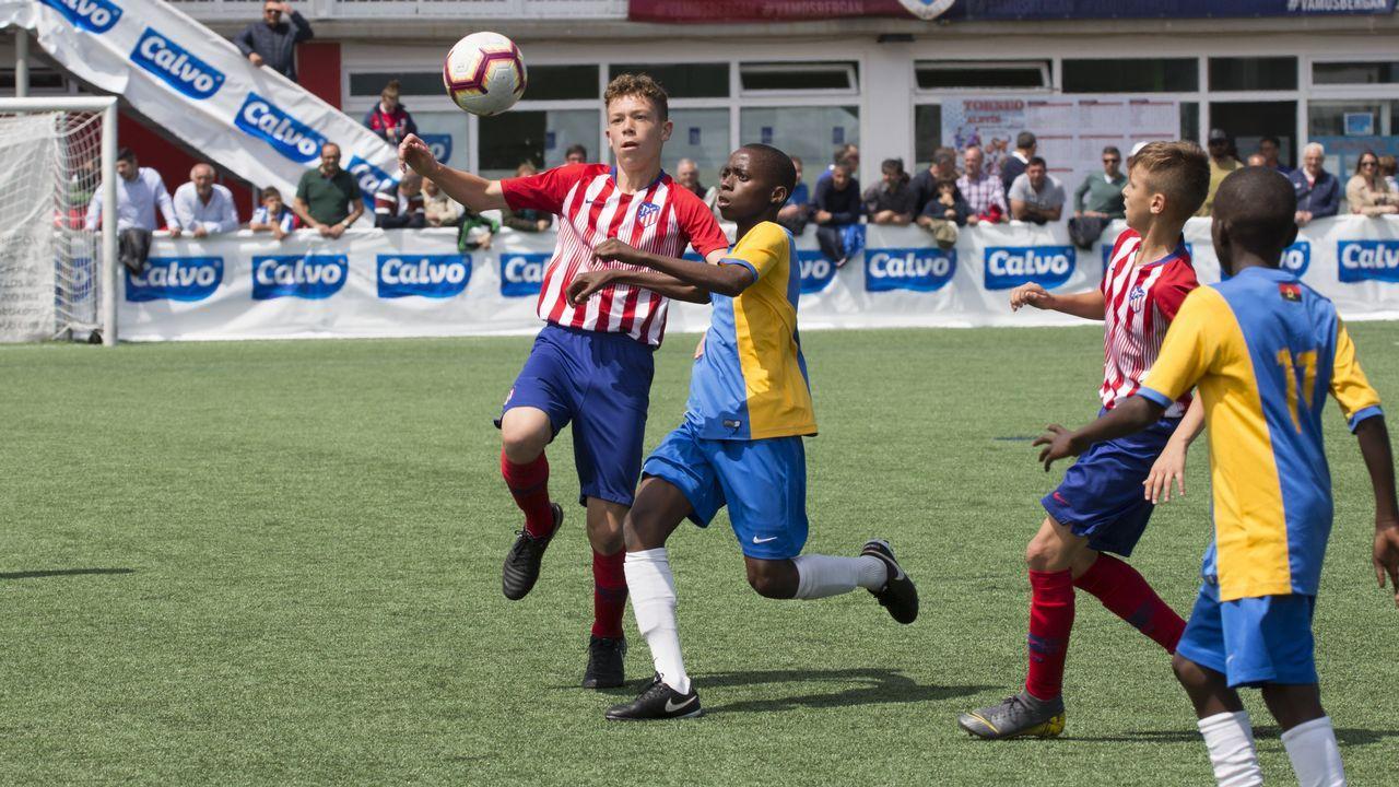 «¡Ay, Martín, qué emoción!».La jugadora asturiana de la selección española, Lucía García (i), pelea por el balón con la de la estadounidense, Crystal Dunn