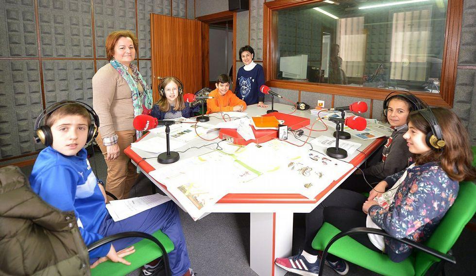 O equipo do CEIP Gregorio Sanz de Ribadeo, coa mestre e a directora, en Radio Voz Ribadeo.