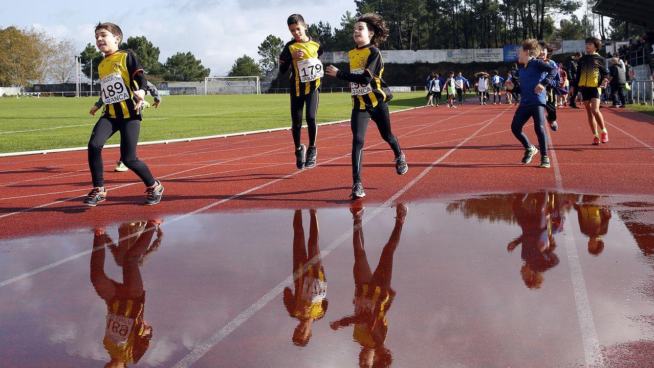 Las nadadoras Vitalina Simonova de Rusia, la danesa Thea Blomsterberg y la española Jessica Vall Montero compiten en los 200 metros braza femeninos de los Campeonatos de Europa de Natacion