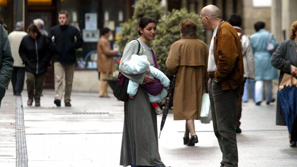 Una mujer, pidiendo limosna con su bebé en Lugo