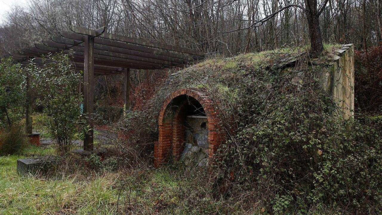 Restos de los búnkers de la antigua fábrica de explosivos de La Manjoya, en las afueras de Oviedo, actualmente llenos de grafitis y de vegetación del frondoso bosque de La Zoreda.