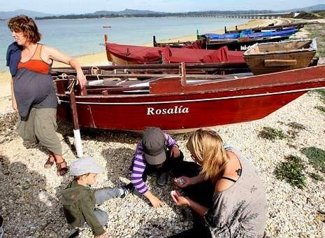 Embarcaciones tradicionales gallegas situadas a pie de playa.