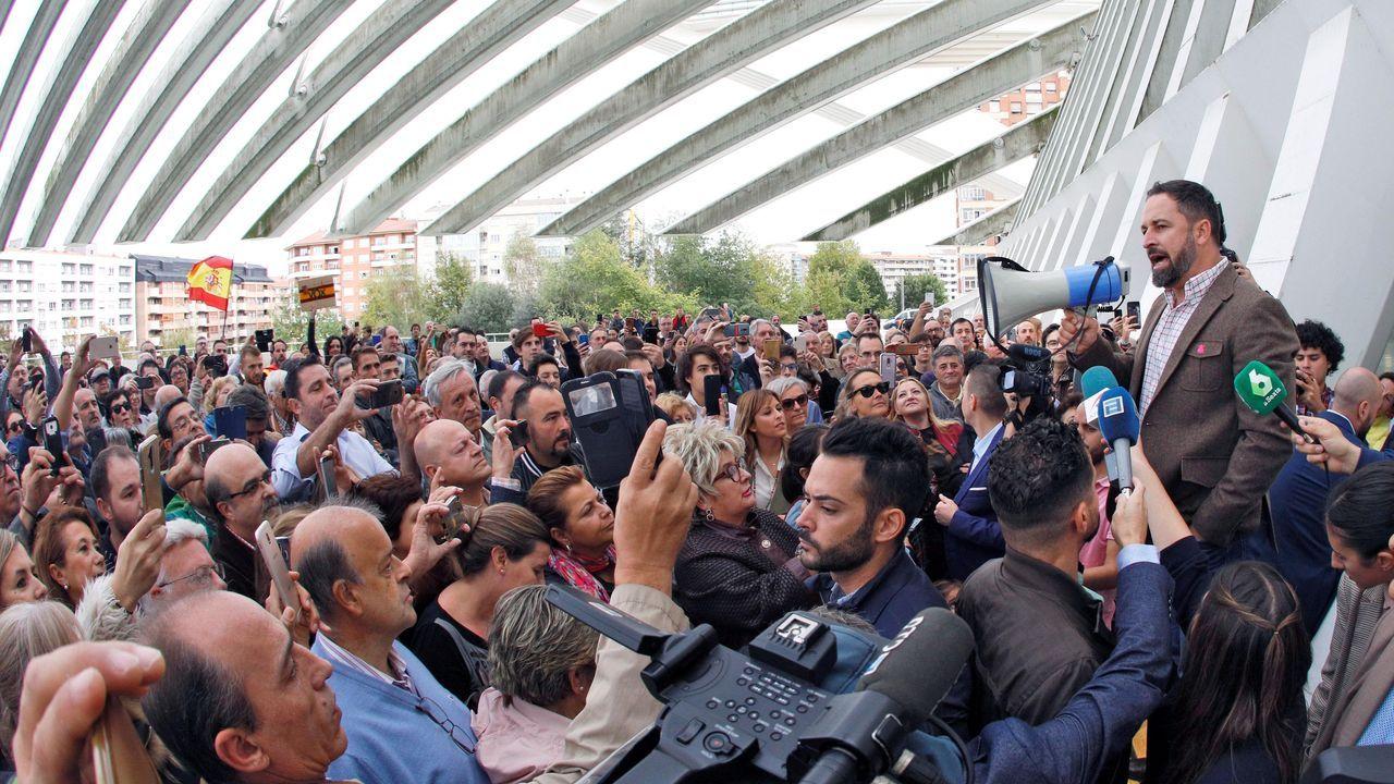 El líder de Vox, Santiago Abascal (d) se dirige con un megáfono a un grupo de simpatizantes