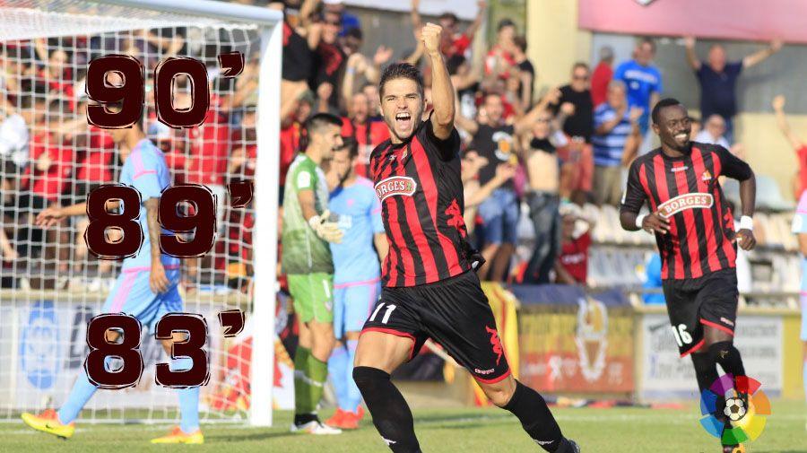 Carbia recibe un balón durante el Oviedo-Reus