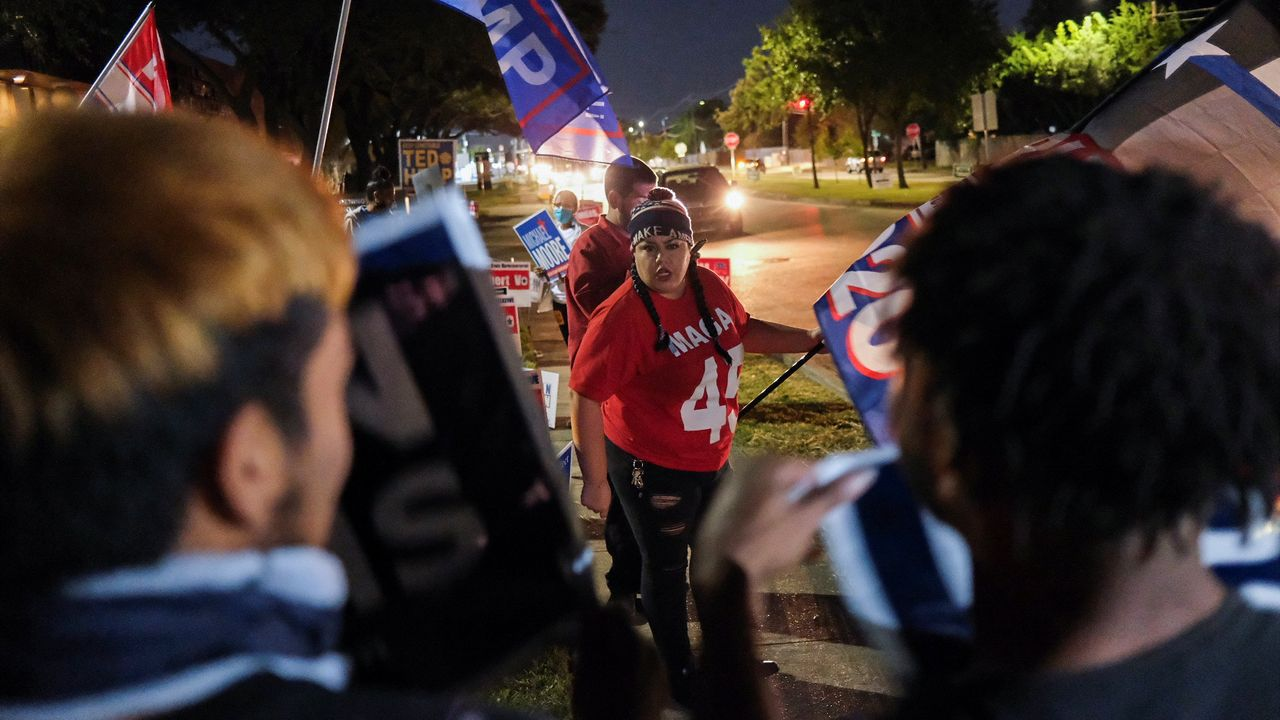 Una seguidora de Trump discute con partidarios de Biden en Houston, Texas