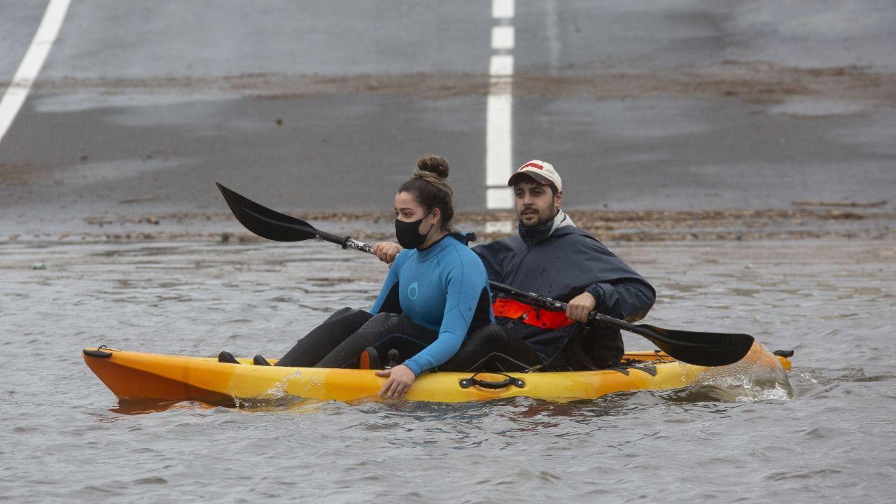 En kayak por las inundaciones de Vimianzo
