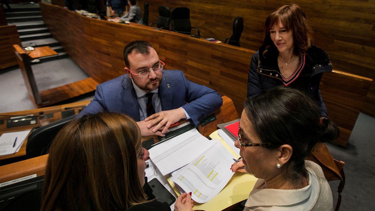 El presidente del Principado, Adrian Barbón (c), y la consejera de Hacienda, Ana Cárcaba (d), durante la pausa antes de las votaciones en el pleno sobre los presupuestos de Asturias para 2020