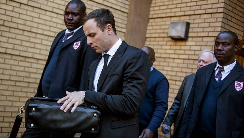 Oscar Pistorius es escoltado tras otro día de juicio por asesinato mientras abandona el Tribunal Superior de Pretoria el pasado 7 de julio