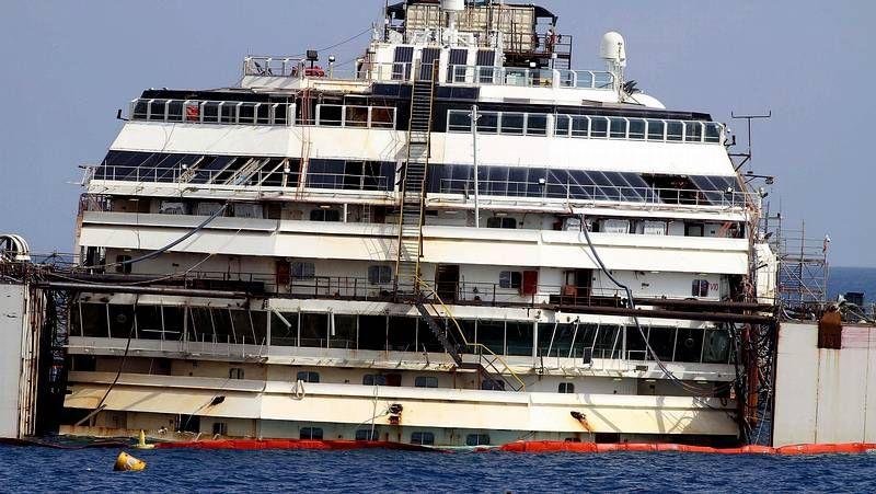Costa Concordia flota después de dos años y medio de su naugrafio.El ministro de Economía, Luis de Guindos, ya suena para la presidencia del Eurogrupo