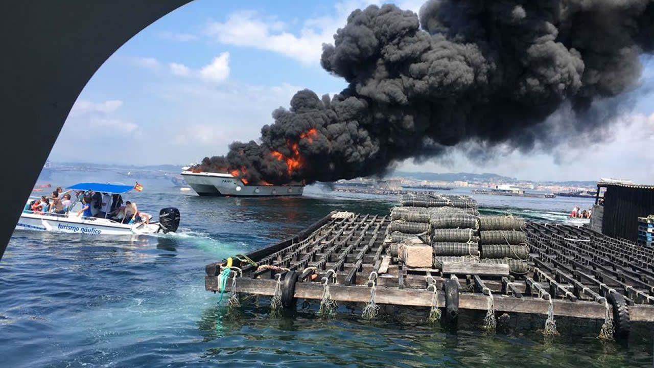 Un catamarán en llamas tras chocar con una batea frente a A Toxa.Playa de Barro, Llanes.
