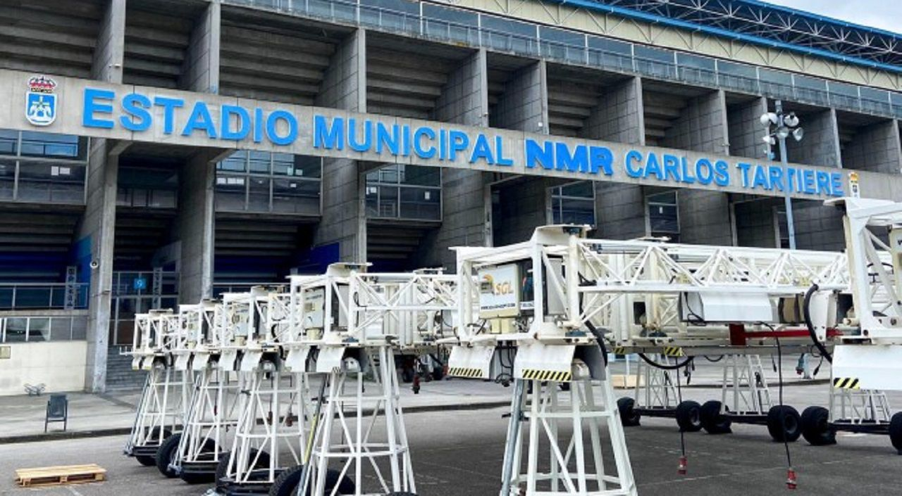 Las lámparas de sodio, en el aparcamiento del Carlos Tartiere
