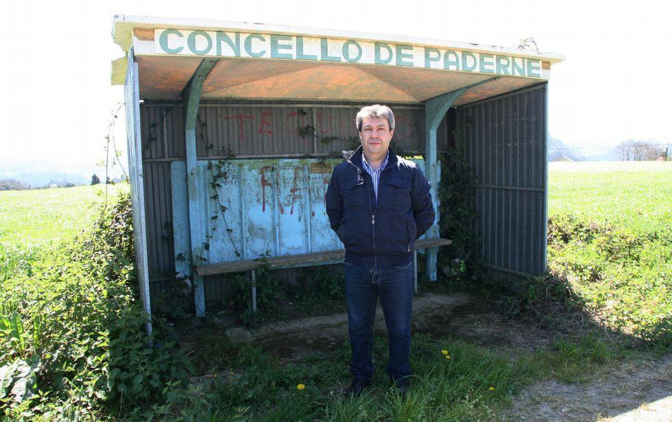 López Ríos posa ante una de las marquesinas «en pésimo estado» del municipio de Paderne.