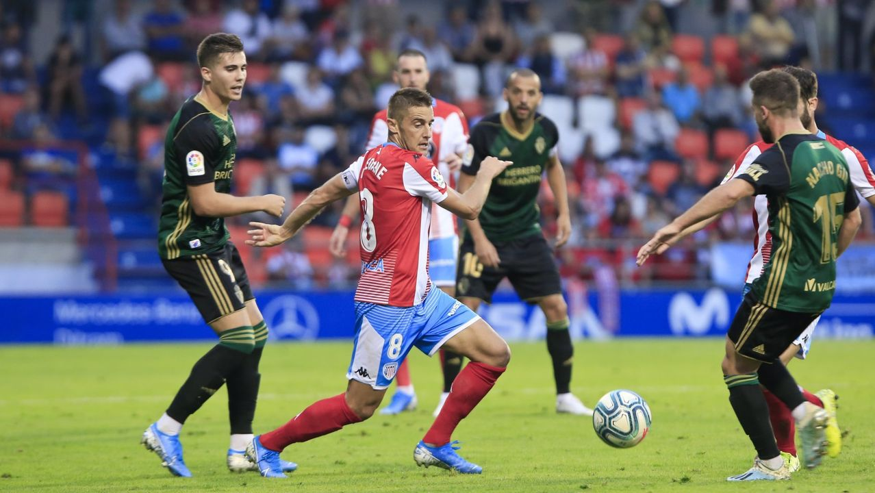 Fernando Seoane disputa un balón en el partido de ida ante la Ponferradina