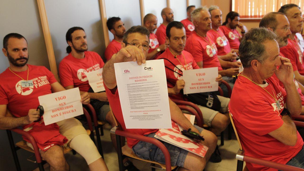 Protesta de los bomberos de Vigo en el pleno