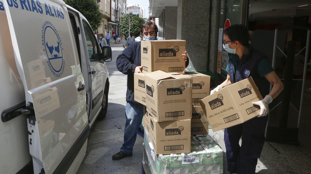 Balrial recogió este miércoles en el Supercor un donativo de 885 kilos de alimentos de la Cofradía del Santo Entierro