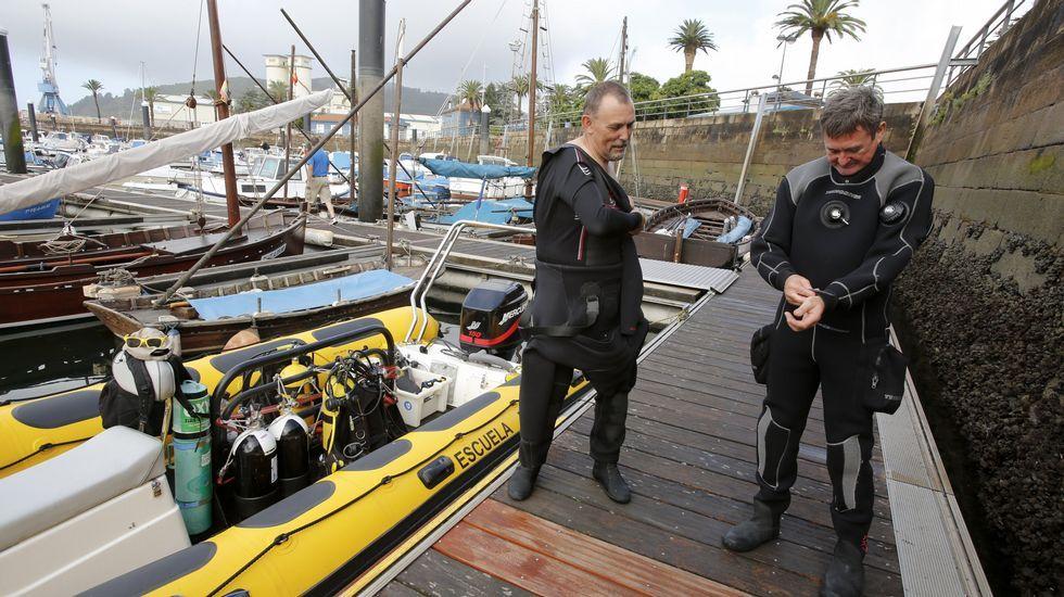 Brooklyn Beckham pisará Galicia como imagen de Pull&Bear.Kike Ocampo -izquierda-, titular de Buceo Ferrol, se prepara en el muelle de Curuxeiras